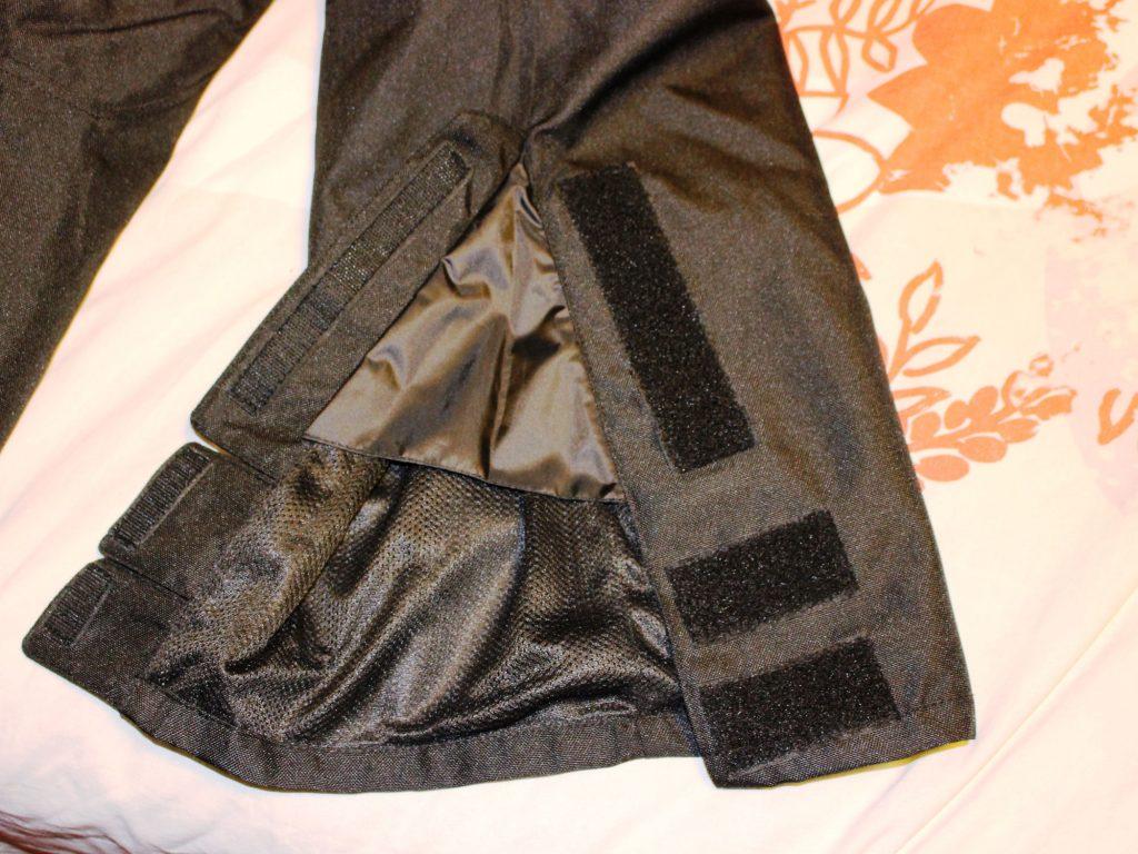 La fermeture au bas des jambes, avec velcros et non les zips promis !