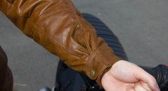 Poignets serrés avec la pattes de fixation au maximum