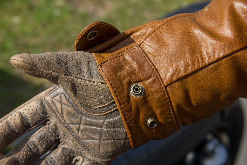 Pattes de fixation ouverte sur le poignet avec soufflet en cuir piqué