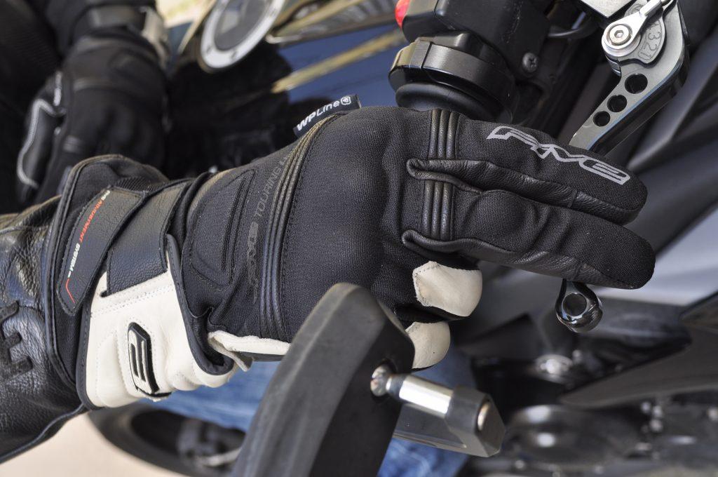 Les gants Five GT2 WP sont confortables et protecteurs, mais leur enfilage laisse à désirer