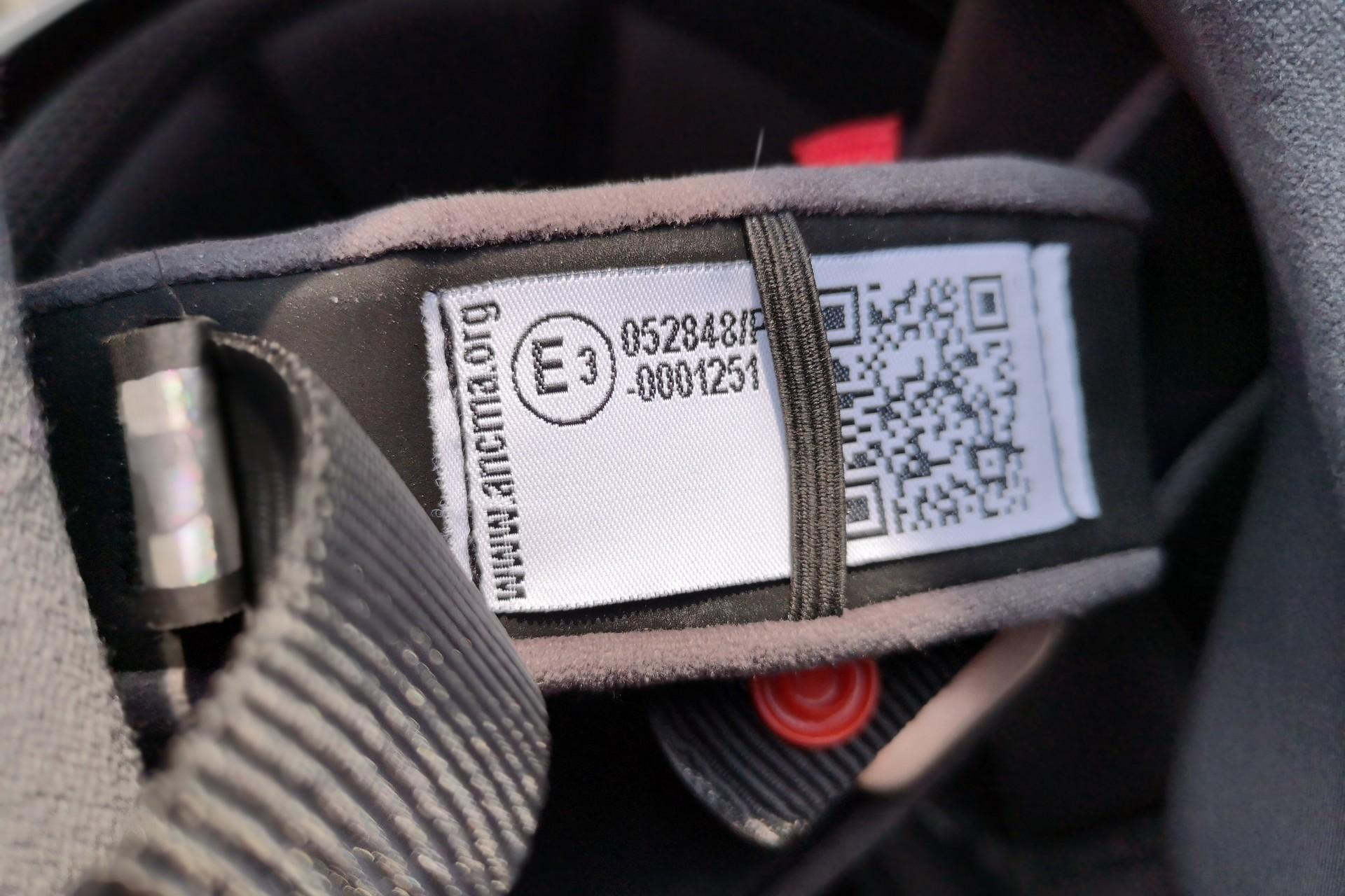 Comme l'indique la lettre P sur l'étiquette d'homologation, le casque AGV SportModular ne bénéficie PAS de la double homologation.
