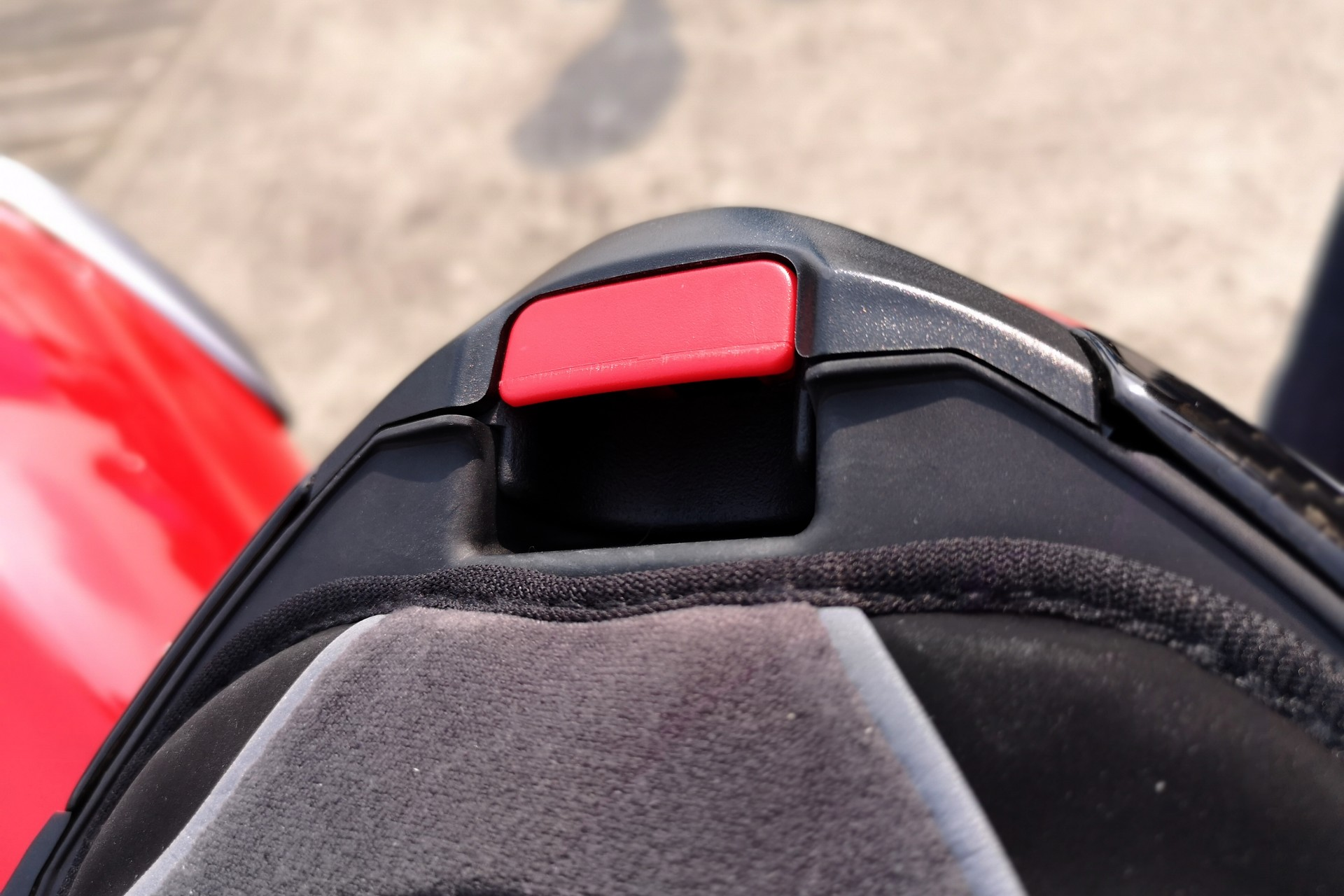 Le bouton de déverrouillage de la mentonnière, très accessible