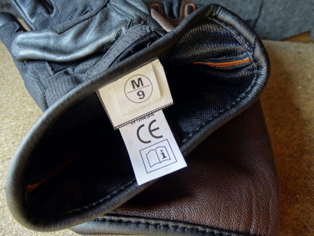 Les étiquettes à l'intérieur du gant qui ont tendance à gratter