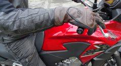Sur une moto avec un guidon de hauteur standard, les poignets sont bien recouverts