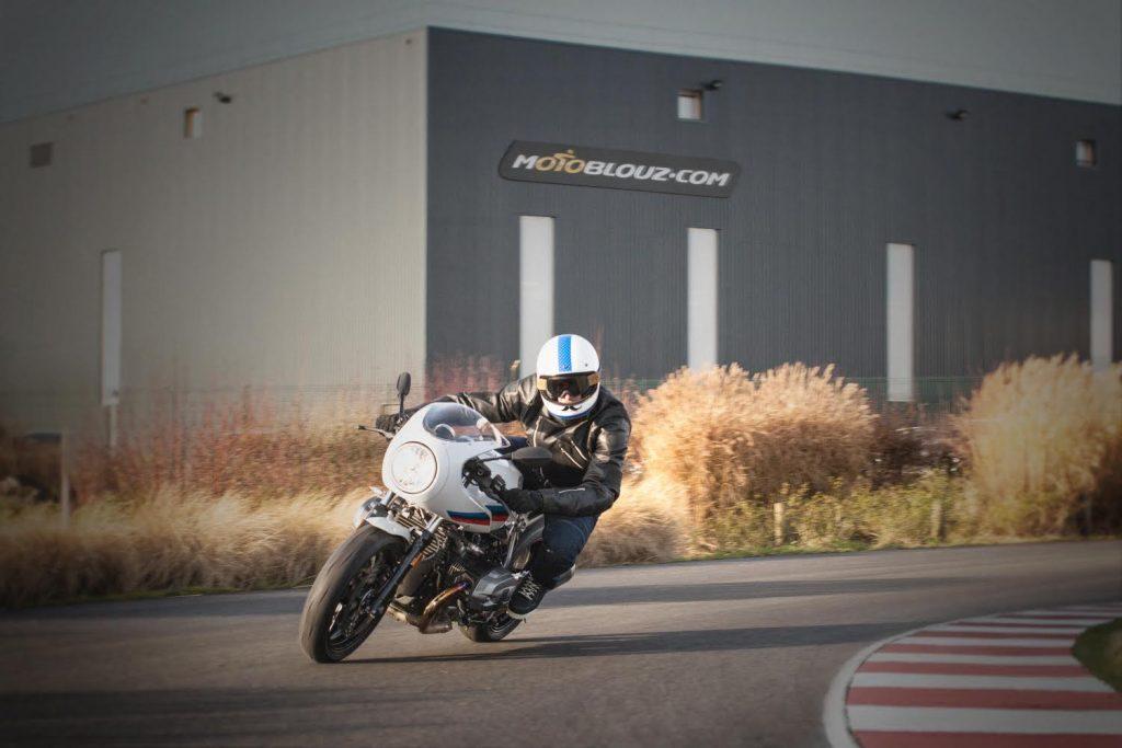 La BMW R Nine T Racer est une machine faite pour l'arsouille sur de belles routes viroleuses