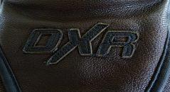 le logo DXR, plus discret sur les modèles marrons que les noirs