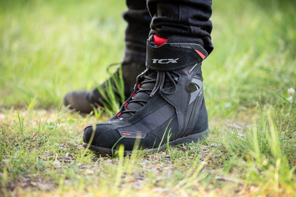 La fermeture par velcro, d'une taille généreuse, permet de plaquer les lacets contre la chaussure
