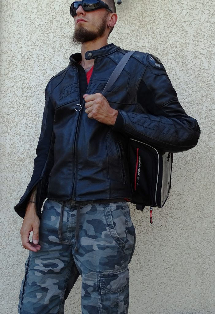 A pied, la sacoche Baster D-Line Nitro assure un bon appui pour son bras