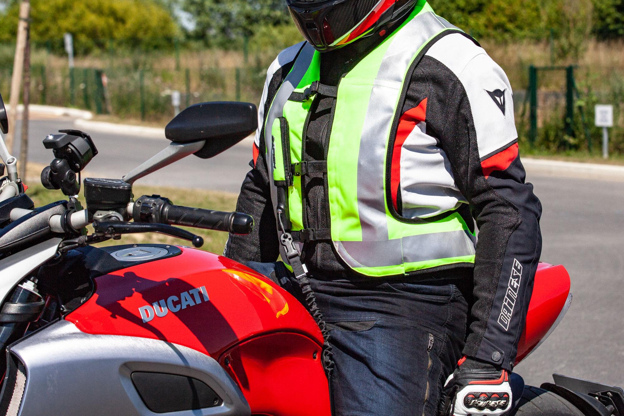 L'airbag filaire est connecté à la moto par un câble - Airbag Helite Turtle Hi-Vis