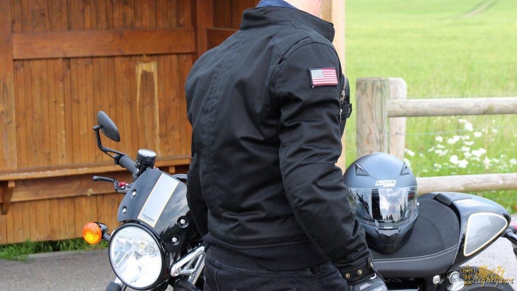 Du drapeau américain, scratché sur l'épaule, à l'élastique au niveau de la taille, tous les codes du bomber sont présents