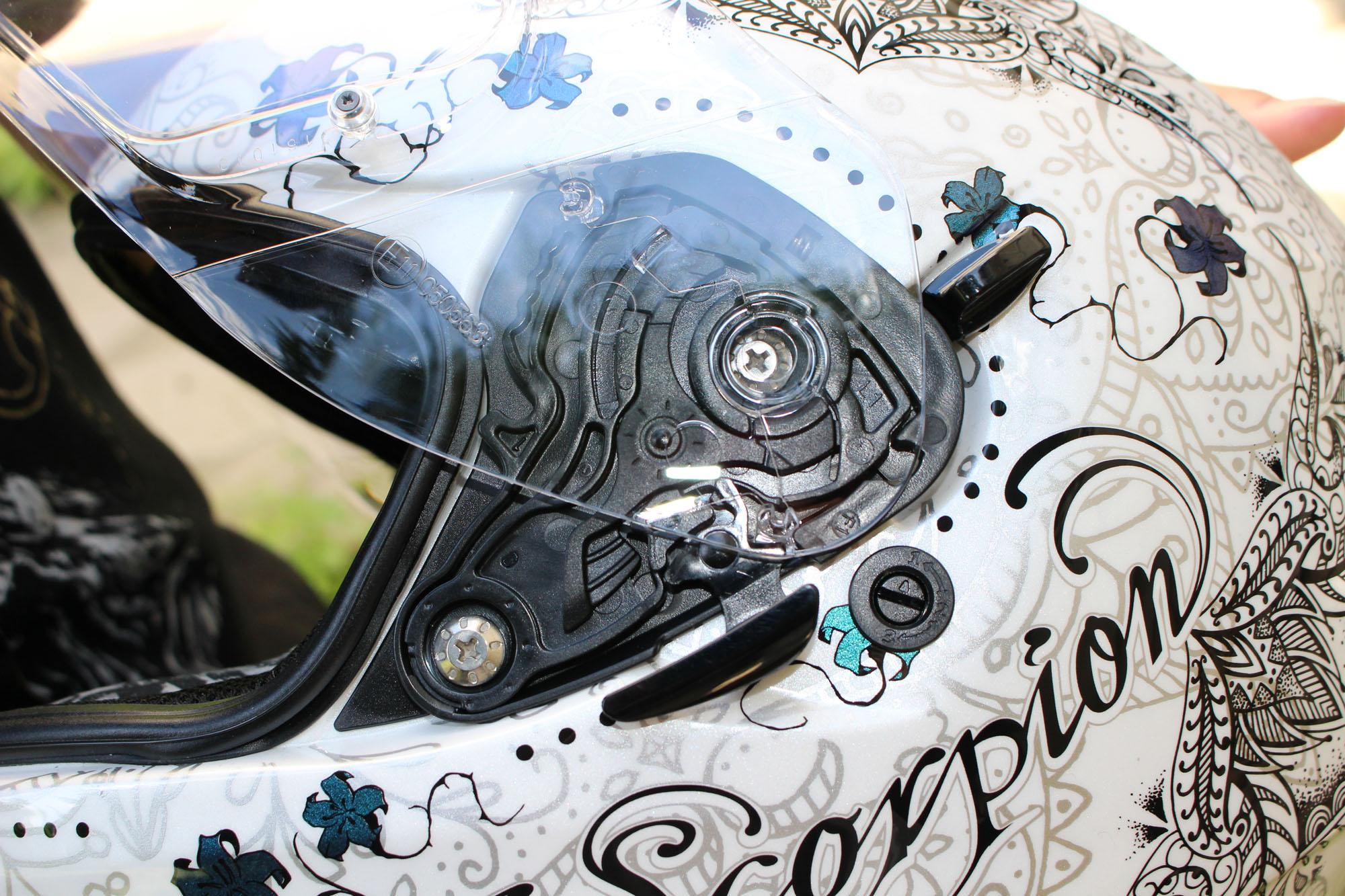 Dessins effets tattoo sur l'ensemble du casque Scorpion Exo 510 Air