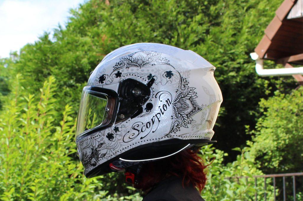 Les détails du dessin effets tattoo sur ce casque Scorpion Exo 510 Air sont très soignés.