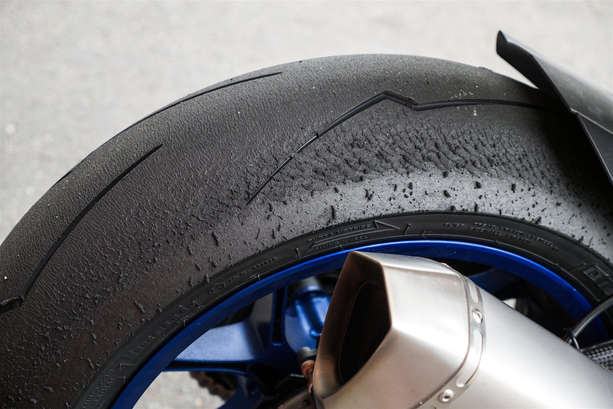 Avec les pneus Pirelli Supercorsa V2, on peut utiliser toute la puissance de la moto, sans crainte.