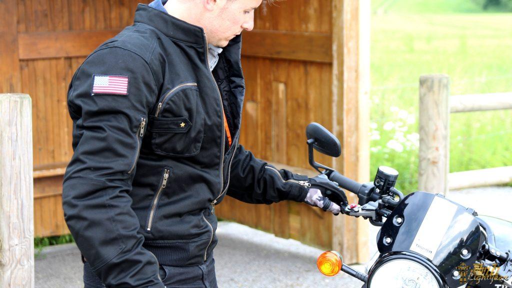 Supportant sans aucun problème une averse, le blouson Segura Sentinel dispose de nombreuses poches extérieures.