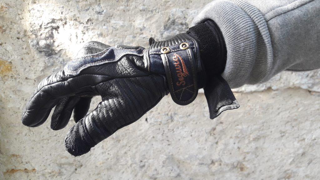 Un système de serrage au poignet, peu pratique au moment de retirer le blouson Segura Kurt.