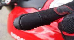 Empiècement tactile sur les gants Alpinestars Kinetic