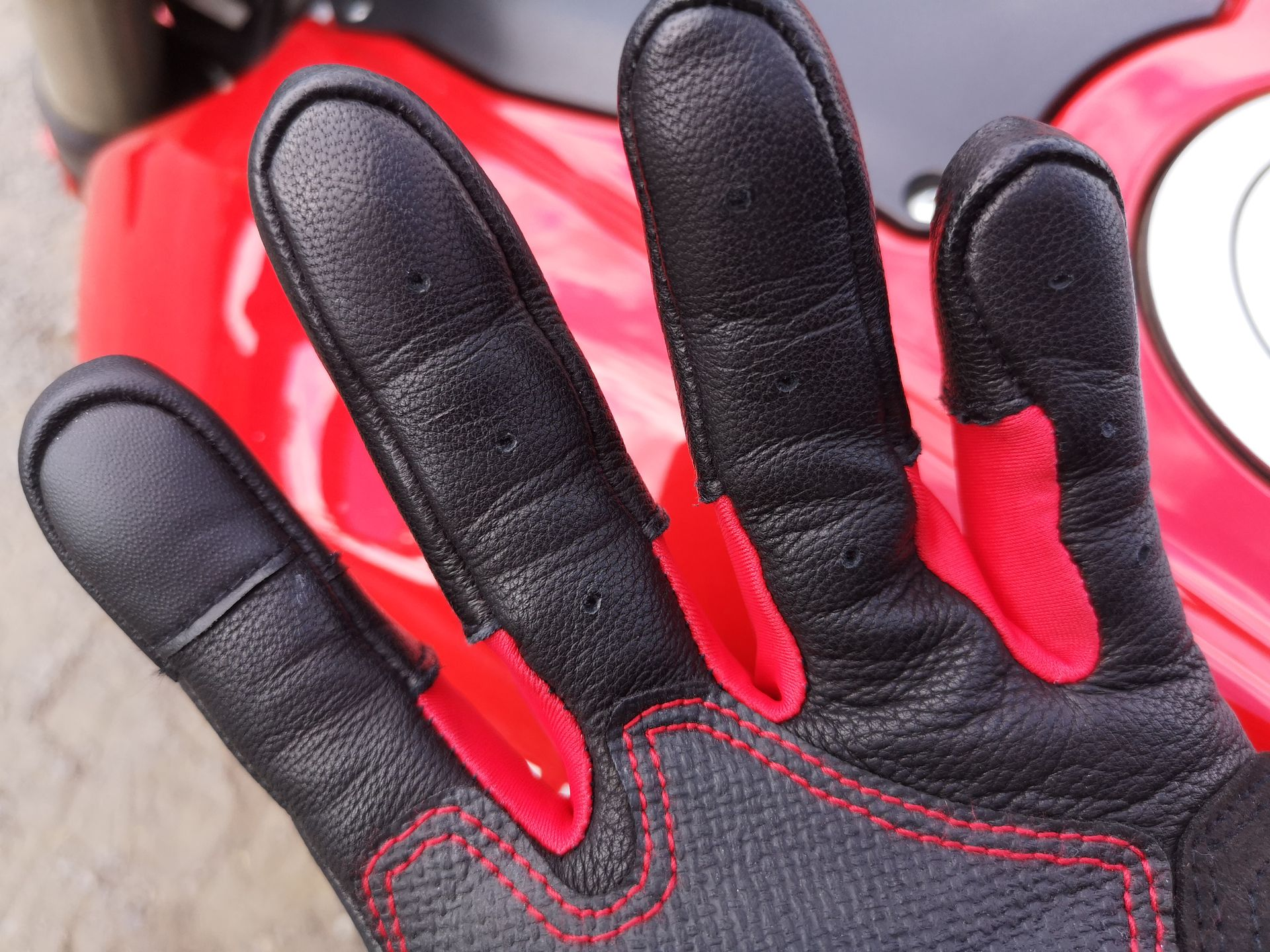 Perforations sous les gants Alpinestars Kinetic