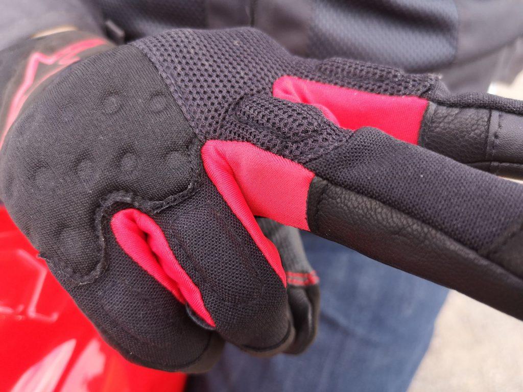 Inserts stretch entre les doigts des gants Alpinestars Kinetic.