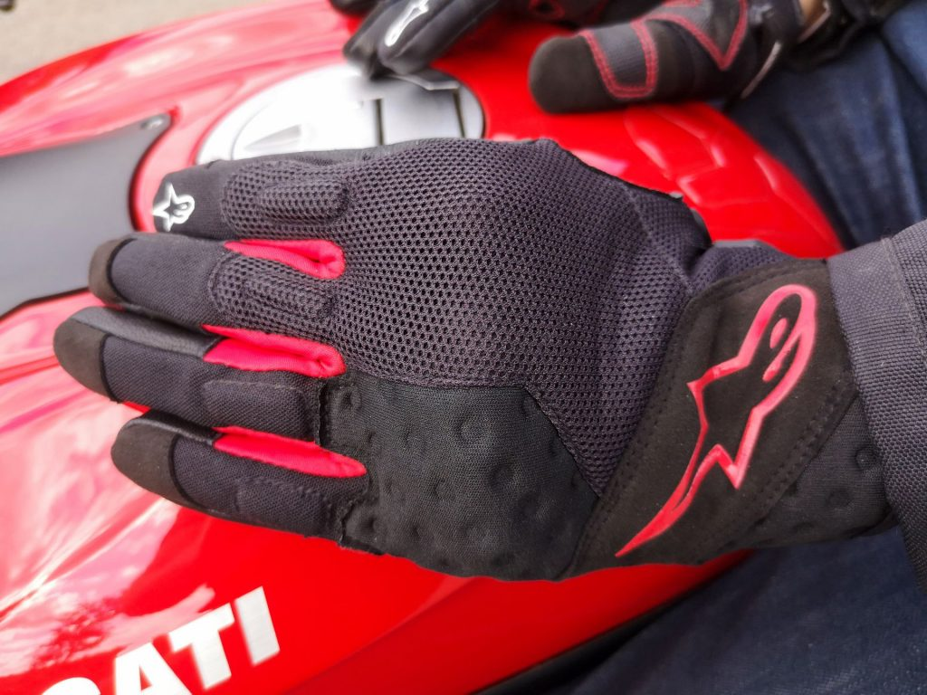 Le dos des gants Alpinestars Kinetic est entièrement composé de pièces de tissus très aérés, tel du mesh.