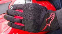 Dos des gants Alpinestars Kinetic en tissu mesh.