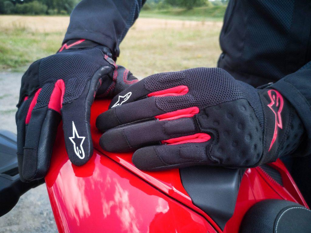 Gants AlpineStars Kinetic avec un rouge adapté aux italiennes !