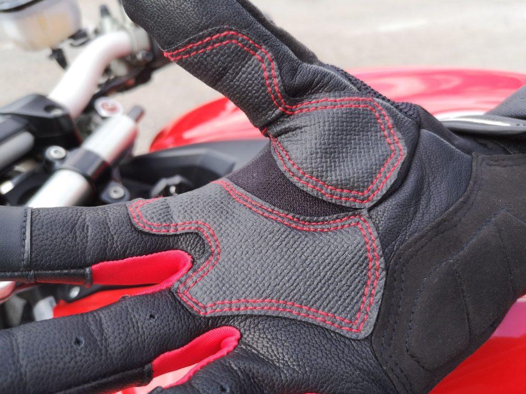 Renforts synthétiques côté paume des gants Alpinestars Kinetic