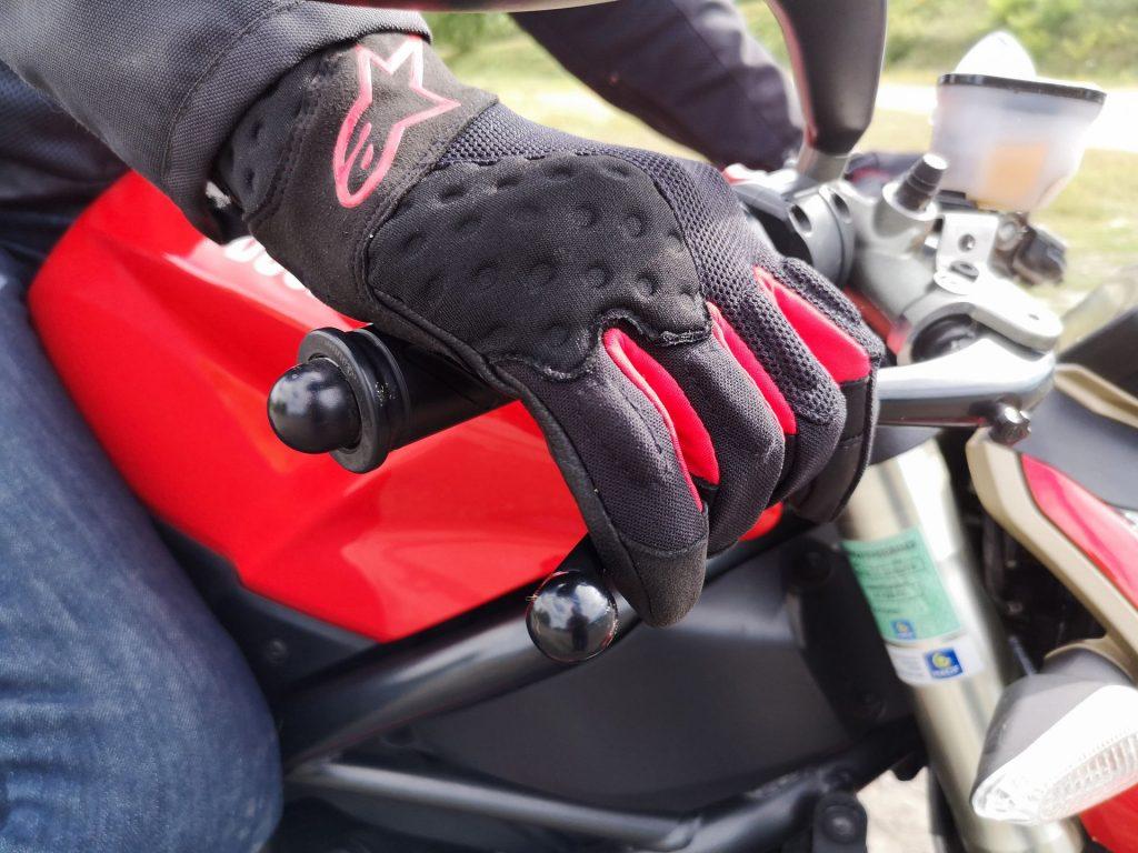 La préhension des commandes et le toucher sont absolument excellents avec les gants Alpinestars Kinetic