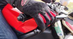 Préhension des commandes avec les gants Alpinestars Kinetic