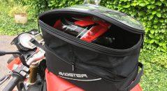 La sacohe de réservoir Bagster Slidder en mode 20 litres avec un casque intégral