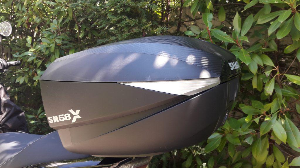 Dans la position intermédiaire «XL» (52 litres), l'esthétique du top case Shad SH 58X est plus massive.