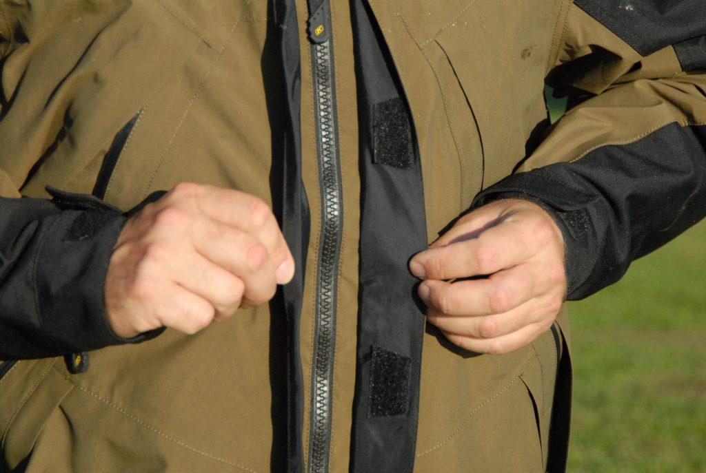 De part et d'autre du zip central renforcé de la veste Klim Traverse, un double rabat imperméable garantit l'absence totale de passage du vent et de l'eau.
