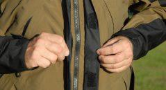 Vue du rabat frontal de la veste de l'ensemble Klim Traverse