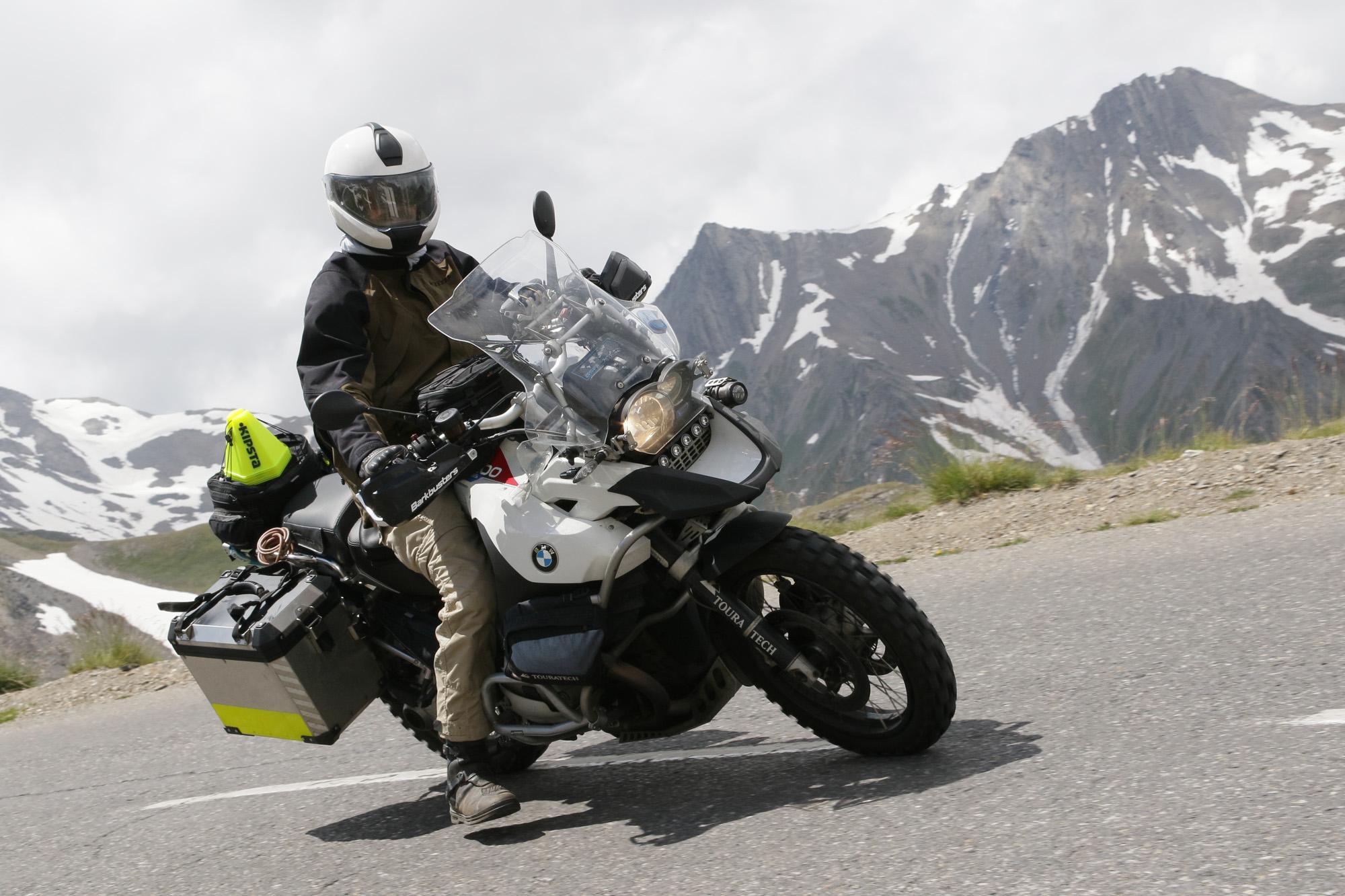 La veste Klim Traverse, avec des protections, convient pour un usage routier.
