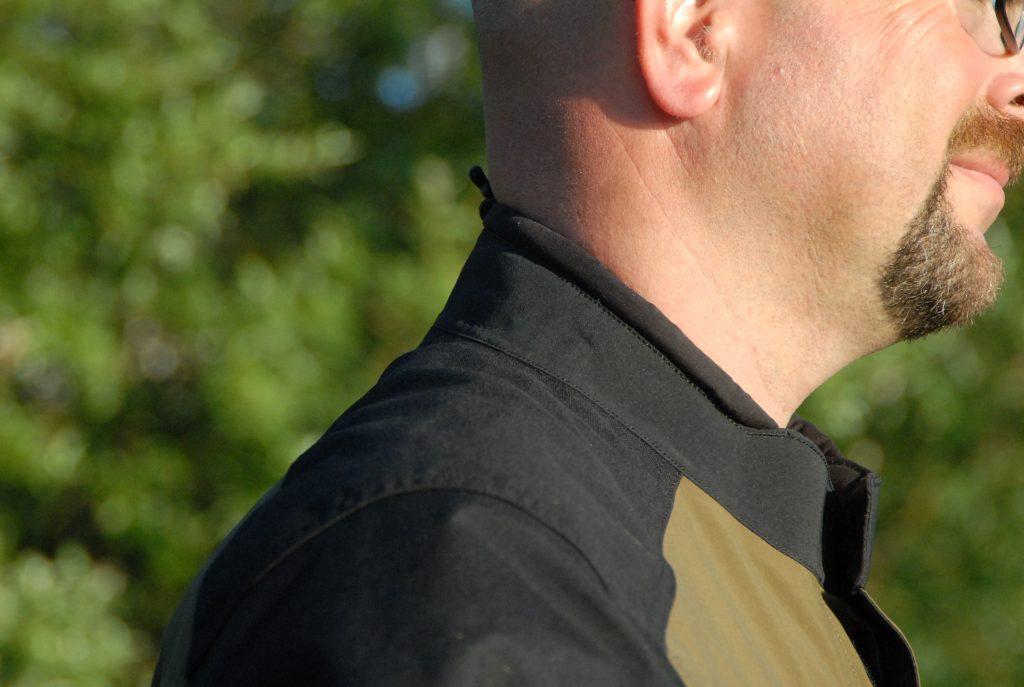 Le col de la veste Klim Traverse, doublé en micro-polaire, avec un réglage de serrage, monte bien sur la nuque… mais pas assez sur l'avant.