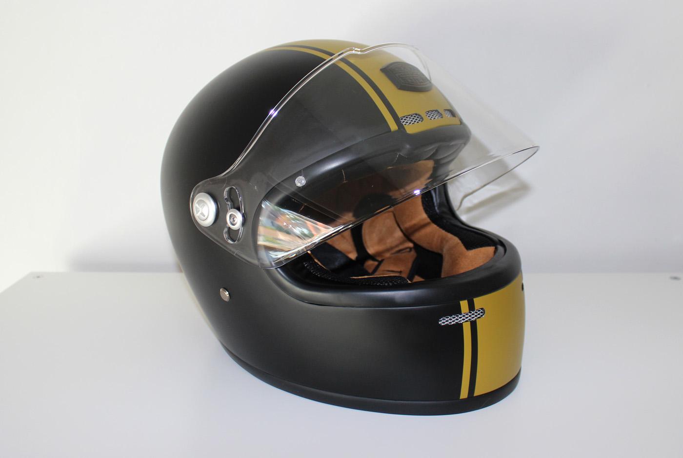 Le casque Astone GT Retro en noir mat et doré