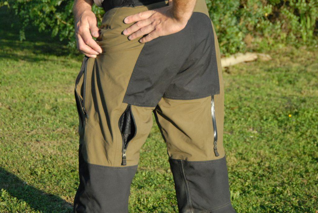 Vue arrière du pantalon, avec la poche à gauche, les aérations derrière les cuisses et le renfort de cordura sur les fesses.