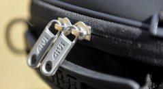 Détail des deux tirettes du zip de fermeture