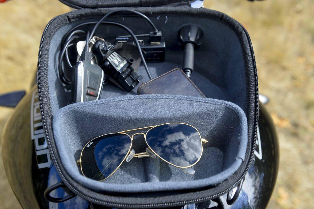 Le compartiment pour lunettes, pratique mais consommateur de volume