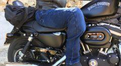 Jean Overlap Street, assis sur une moto