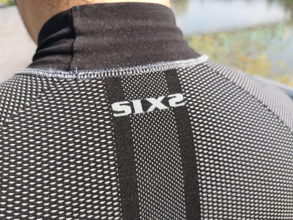 Le col du tee-shirt technique Six2 TS3 peut être un peu gênant par temps chaud…