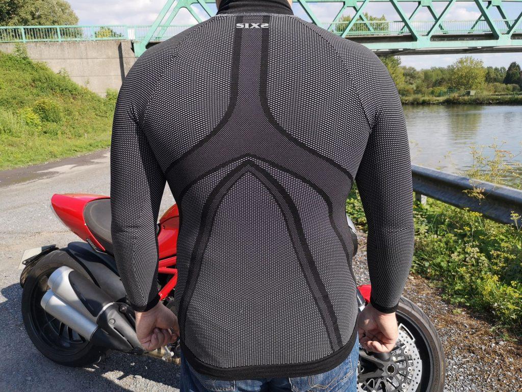 Le tee-shirt technique Six2 TS3 est extensible et ajusté : il doit se porter près du corps pour être pleinement efficace