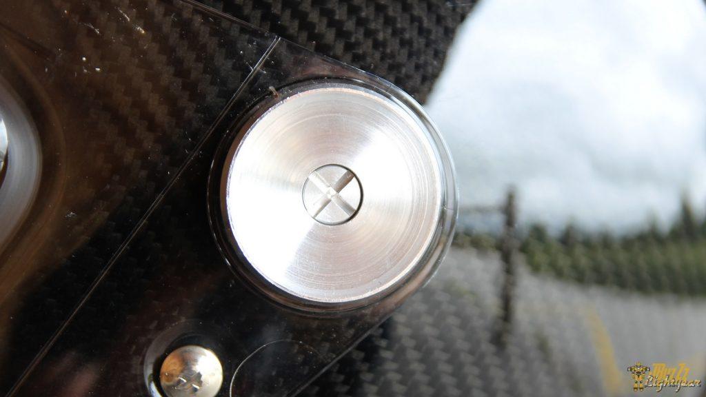 Du côté des traditions, le casque NEXX X.G100 Racer conserve une fixation de l'écran par vis.