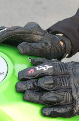 Le cuir perforé assure un rafraîchissement efficace des mains