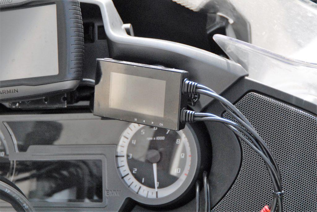 L'écran de contrôle et le boîtier central du kit des caméras embarquées Tecno Globe TG Dash Cam ne pèsent que 78 grammes et mesurent moins de dix centimètres de long.