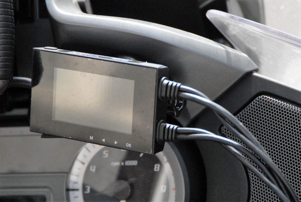 Le boîtier des caméras embarquées Tecno Globe TG Dash Cam reçoit quatre câbles et comprend cinq boutons : un de mise sous tension et quatre autres pour la navigation dans les différents menus de paramétrage.