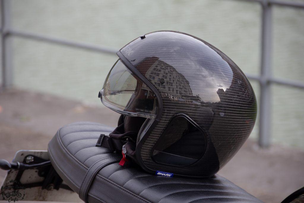 Le casque Shark S-Drak en mode jet avec la visière
