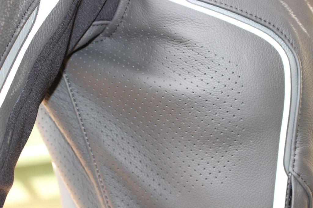Le cuir du blouson Ixon Trinity est micro-perforé à la poitrine