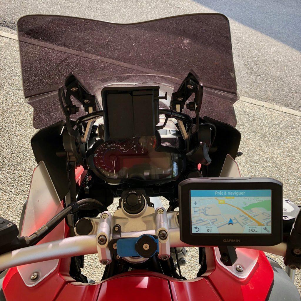 Le GPS Garmin 346 LMT-S sur son support