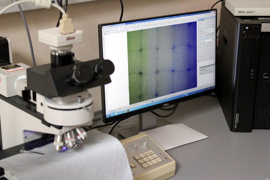 Un échantillon de Kevlar® balistique au microscope
