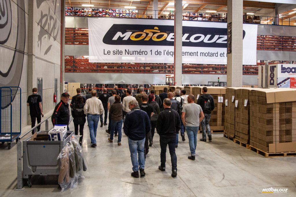 Petite visite guidée des locaux de Motoblouz. Ici, l'entrepôt.
